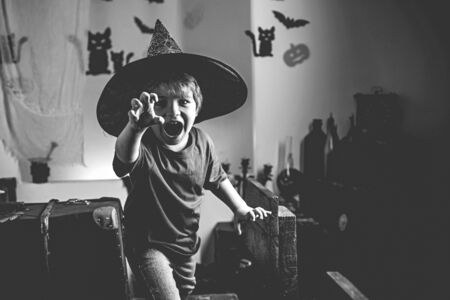 Halloween kid. Magik child halloween. Horror faces. Expression face - surprised cute boy. Фото со стока - 129321706