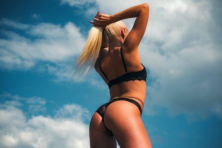 Fitness-Formular. Weibliches Model in Dessous in sinnlichen Posen. Sexy Models im Bikini. Luxusreisen. Strandparty.