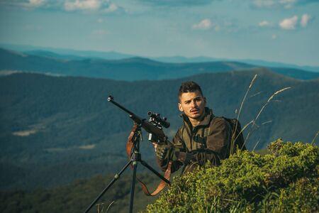 Equipo de caza: suministros y equipo de caza. Caza en América. Proceso de caza de patos. Cazador furtivo ilegal en el bosque.