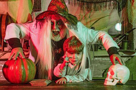 Familienfeier an Halloween. Porträt der lustigen Familie während Halloween. Glückliche Familie feiert Halloween. Vater und Sohn spielen zu Hause gruselige Halloween-Spiele.