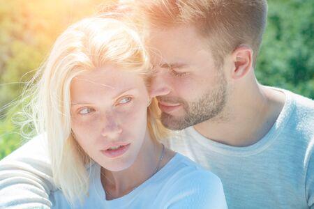 Couple affectueux se caressant s'adorant. Coquin et passionné. Amour passionné. Préliminaires sensuels. Relation et relations intimes. Banque d'images