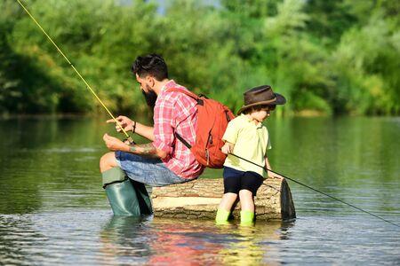 Ojciec i syn łowienie ryb. Wędkarze. Ojciec i syn relaksują się razem