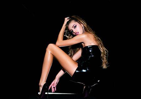 Alta risoluzione. Volto di una bella ragazza con il trucco di moda in posa in studio su sfondo scuro. Bella giovane donna con pelle fresca e pulita. Archivio Fotografico