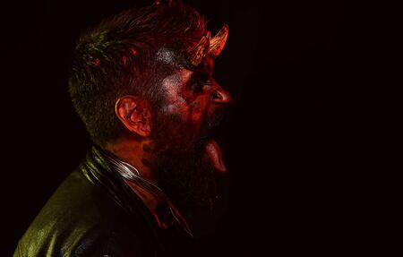 Teufelsmann mit blutigen Augen. Design für Halloween-Banner. Halloween-bärtiger Mann mit Blut-Make-up. Horror mit gruseligem Halloween-Dämonenmann Standard-Bild