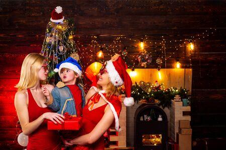 El niño está feliz con sus primos. Tiempo de Navidad en familia.