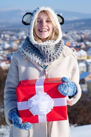 Christmas winter girl portrait. Beauty fashion girl with Christmas present box. Discounts and Christmas sale. Winter shopping. 版權商用圖片