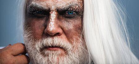 Teufel Vampir Mann. Halloween-bärtiger Mann mit Blut-Make-up. Halloween-Mann mit Blut-Make-up. Halloween-Kunst Blut Haut Mann Gesicht Porträt - Nahaufnahme.