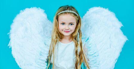 Día de San Valentín. Retrato de niña hermosa ángel con alas de ángel. Angelito feliz. Hermosa joven con alas de ángel.