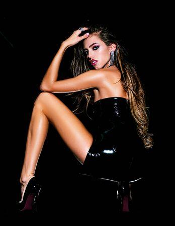 Gesicht eines schönen Mädchens mit rauchigen Augen Make-up posiert im Studio auf dunklem Hintergrund. Modegeschäft - Einkaufen und Verkauf. Schönheit und Wellness. Schönheits-Make-up. Standard-Bild