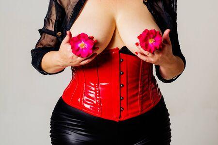 Bare è l'arma delle donne. Grande ricoperto di fiori. Chirurgia del seno e protesi. Prevenire il cancro.