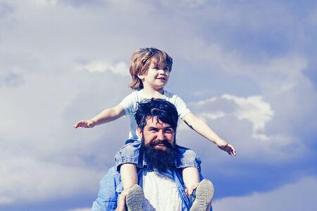 父亲节的概念。父亲和儿子在一起。可爱的男孩和爸爸在户外玩。享受。的童年。父亲在公园里让儿子骑马回来。的一代。