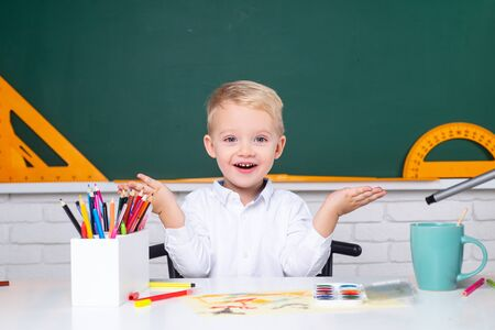 Portrait of Pupil in classroom. Home school for pupil. Home schooling. Back to school. Child near chalkboard in school classroom. Banque d'images - 140893644