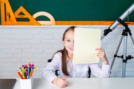 Kid gets ready for school. Cute pupil schooling work. Elementary school classroom. Little ready to study. Banque d'images - 140895442