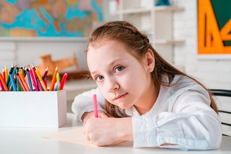 Elementary school and education. Pupil of primary school study indoors. Banque d'images - 141261627