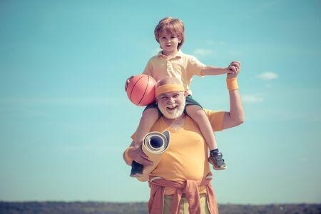Concept de motivation et de sport. Père et fils sportifs - temps en famille ensemble. Exercice de sport pour les enfants. Homme senior en forme heureux exerçant.