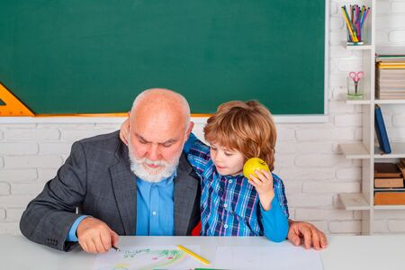 Science education concept. Teacher with male elementary school pupil with problem. Banque d'images - 142530579
