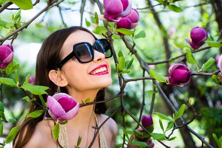 Happy Fashion Woman in Sunglasses. Smiling Trendy Girl in Summer. Happy girl enjoy spring. Gorgeous brunette girl. Beautiful girl. Standard-Bild