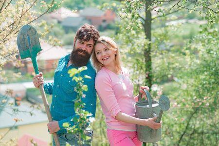 乡村生活。我喜欢花时间在农场上。生态生活。农夫夫妇在领域工作。在庭院里一起工作在庭院的农场画象。