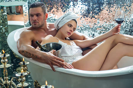 Sexy couple in bath. Handsome man with torso. Sexual guy with girl in bath. Glamour people, relationships of lovers. Banque d'images