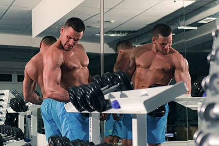 Man Work out with dumbbells. Imagens