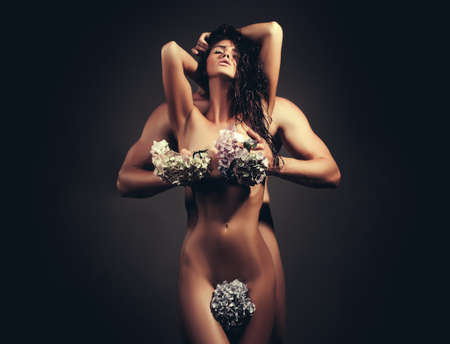 Sensual woman body. Young couple with female body with flowers Foto de archivo