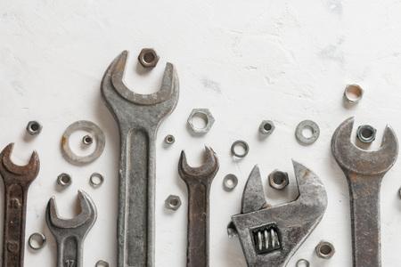 Beaucoup de vieilles clés sur un fond de pierre légère. Écrous et rondelles de différentes tailles. Banque d'images - 81835076