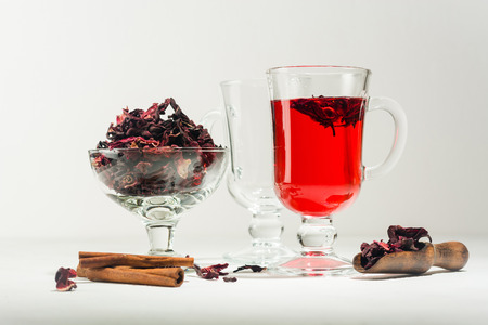 Transparent glass Cup with hot red tea from hibiscus or hibiscus. Copy space. 免版税图像