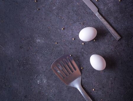 Fresh chicken eggs lying on a dark table. Plenty of room for text. cooking breakfast or eggs Фото со стока - 130137102