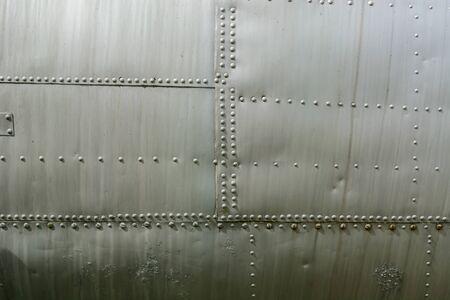 Cierre de chapa de aluminio y remaches. Fondo de aviación.