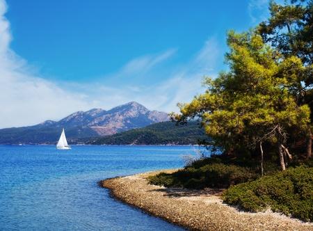 海岸とそれトルコ、インド上のヨットでエーゲ海の海の絵 写真素材