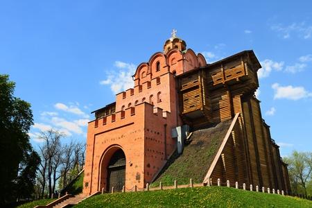 日当たりの良い天気で青い曇り空上のキエフで有名なゴールデン ゲート 写真素材