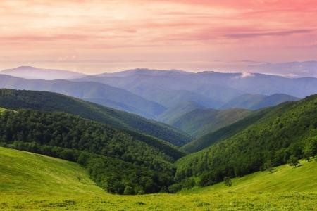 ridges: Paesaggio colorato sopra la cresta dei monti Carpazi in Ucraina