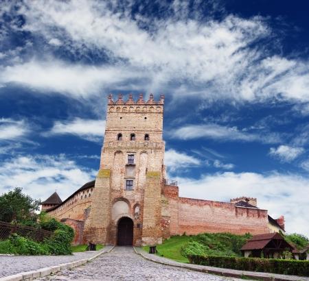 美しい曇り青空、ウクライナ経由ルツクの有名な城 報道画像