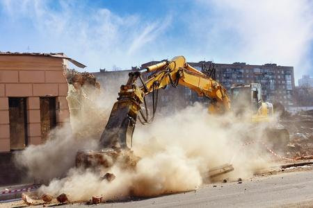 建設現場で建物を粉砕ブルドーザー
