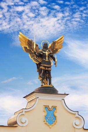 angel de la independencia: Estatua de oro de San Miguel Arc�ngel en la Plaza de la Independencia en Kiev, Ucrania
