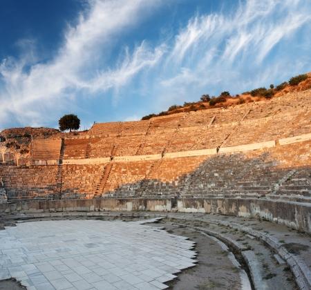 近く Celcuk、トルコのエフェソスで空の円形劇場