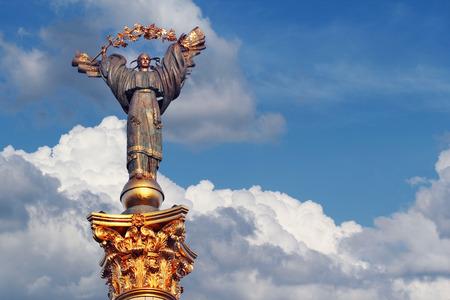 angel de la independencia: Monumento de la Independencia en Kiev, Ucrania. Se trata de una estatua de un �ngel, de cobre y oro, de pie sobre un pilar de altura, en el centro de Kiev, Ucrania.