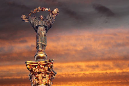 angel de la independencia: Monumento de la Independencia en Kiev, Ucrania. Se trata de una estatua de un ángel, de cobre y oro, de pie sobre un pilar de altura, en el centro de Kiev, Ucrania.