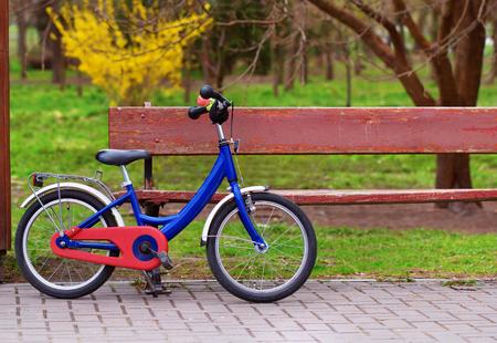 子供用自転車駐車公園のベンチ