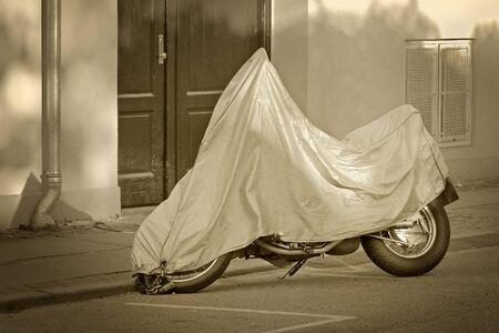 通りで保護カバーを駐車中スクーター