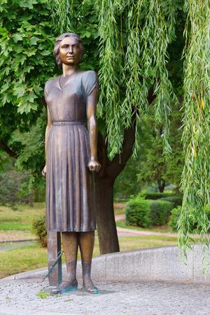 seconda guerra mondiale: KIEV - UCRAINA LUGLIO - 30, 2015: Un monumento a Tetyana Markus - l'eroe di Ucraina, che era un partigiano a Kiev durante la seconda guerra mondiale. Ha ucciso decine di ufficiali tedeschi.