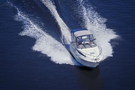 Motorboot varen op hoge snelheid Stockfoto