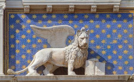 leon con alas: el reloj del zodiaco. Torre del Reloj con el león alado y dos páramos tocar la campana - renacimiento temprano (1497) la construcción en Venecia, que se encuentra al lado norte de la Piazza San Marco, Italia.