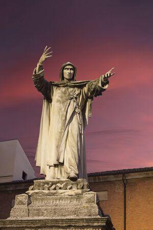 predicador: estatua Girolamo Savonarola en Ferrara, Emilia-Romagna en Italia. Fue un fraile dominico italiano y predicador activo en la Florencia del Renacimiento Foto de archivo