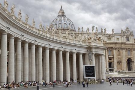 Rome, Italië - 5 september 2016: Pauselijke Basiliek van St. Peter in het Vaticaan, Italië. St Peter Basiliek is de grootste christelijke kerk in de wereld. Beroemde Sixtijnse kapel bevindt zich binnen het. Redactioneel