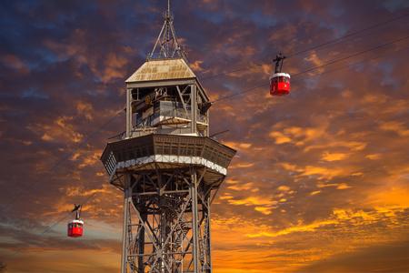 Barcelona.The 正式名称で赤いポート ケーブルは Transbordador 菌そう・ デル ・ ポートが、「テレフェリコ ・ デ ・ モンジュイック」と呼ばれます。 写真素材 - 79087556