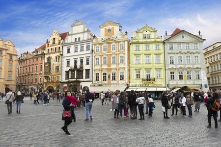 Prague, Czech Republic - 26 October, 2017: People walking in the center of Prague: at the Staromestska Square, Czech Republic Banco de Imagens - 90289821