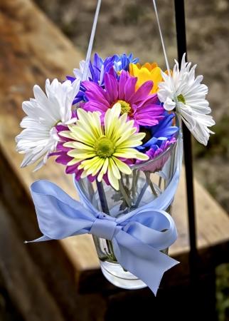 c�r�monie mariage: Fleurs dans des vases de mariage le long couloir, portrait Banque d'images