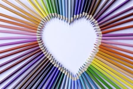 Lápices de colores del arco iris del corazón en el centro Foto de archivo - 14772945