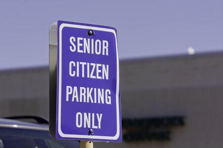 se�al parking: Azul de la tercera edad muestra del estacionamiento en el estacionamiento Foto de archivo